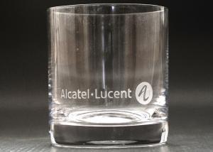 pohár whisky s vygravírovaným logom firmy