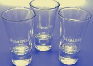 poháriky s vybrúseným firemným logom