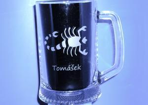 darček pre škorpiona - pohár s vybrúseným motívom škorpiona